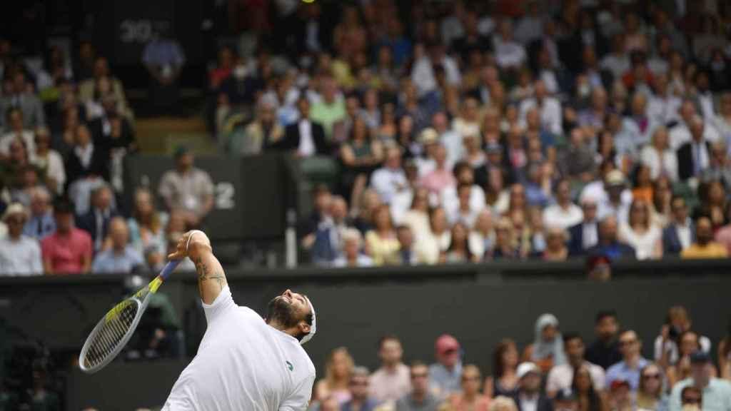 Matteo Berrettini ejecuta un saque potente en Wimbledon