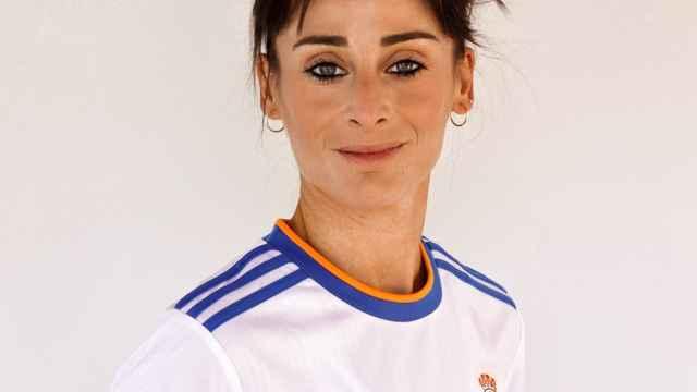 Esther González con la camiseta del Real Madrid Femenino