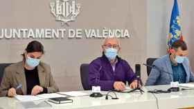 El alcalde de Valencia, Joan Ribó, flanqueado por sus vicealcaldes Sandra Gómez y Sergi Campillo. EE