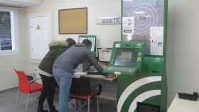 Varios usuarios en el interior de una oficina de empleo de la Junta de Andalucía.