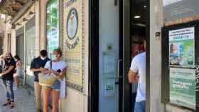 Varias personas esperan su turno en una farmacia de Lisboa, Portugal, para obtener tests rápidos de Covid.