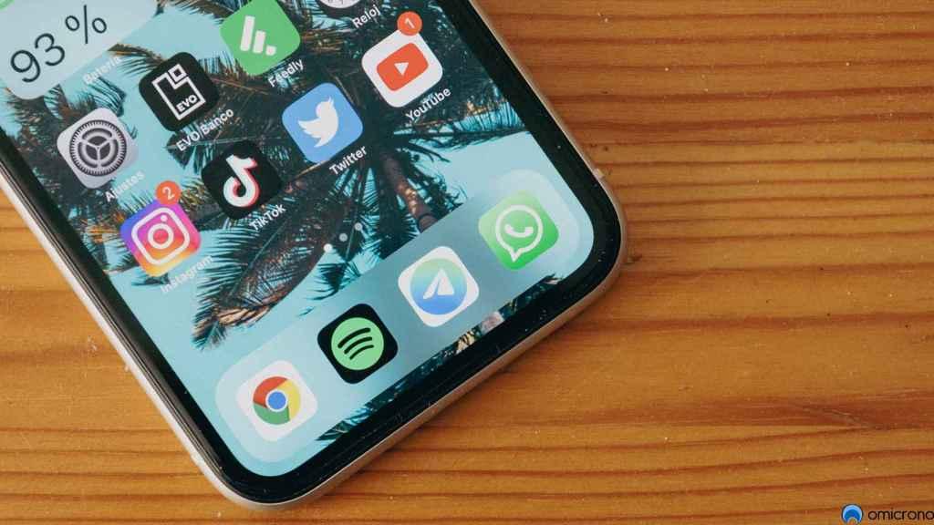 Aplicaciones de Telegram y WhatsApp en un iPhone.