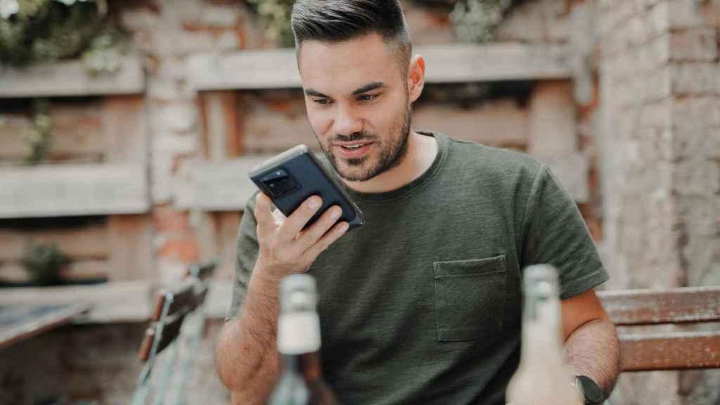 Hombre hablando al teléfono