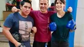 Isa Serra junto al boxeador Julio Rubio (centro), en un gimnasio popular de Madrid.