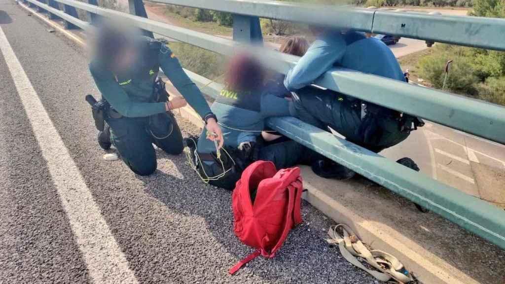 La Guardia Civil evitando un suicidio entre Linares y La Carolina