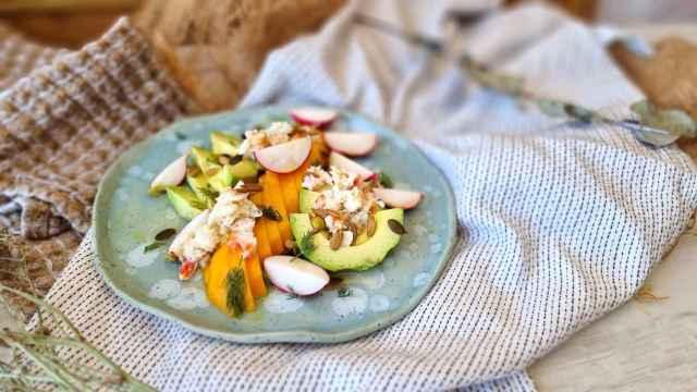 Ensalada de aguacate, cangrejo y mango, una receta fácil y rápida