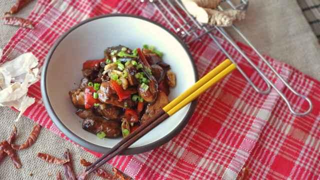 Salteado de pollo picante estilo chino a la manera Kung Pao, una receta fácil