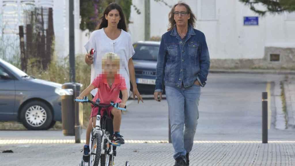 Giorgio Aresu y su hijo en las calles de Ibiza en 2017.