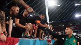 Futbolista de Hungría saluda a la afición de su país