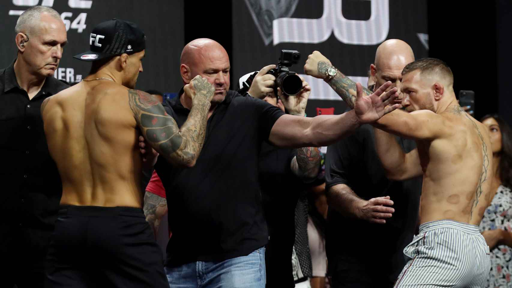 Dustin Poirier, Dana White y Conor McGregor, en el pesaje de la UFC 264