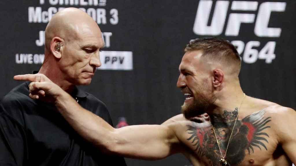 Conor McGregor señala a 'The Diamond' durante el pesaje de la UFC 264