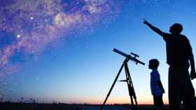Observación de las estrellas. Imagen de archivo