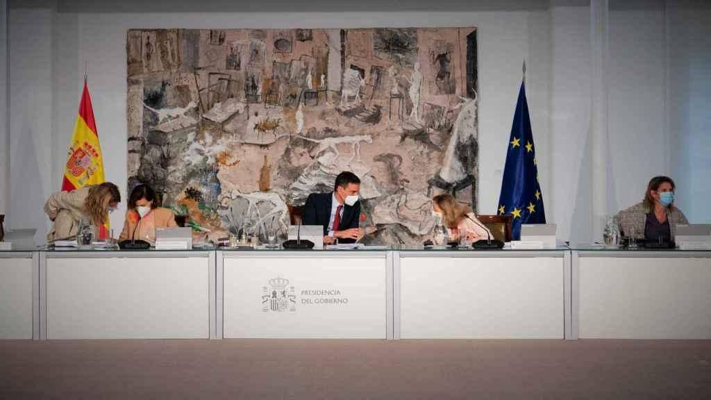 Pedro Sánchez, rodeado de sus cuatro vicepresidentas en su último Consejo de Ministros.