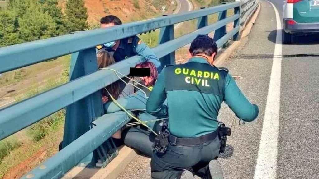 La Guardia Civil evitando el suicidio de una joven entre Linares y La Carolina