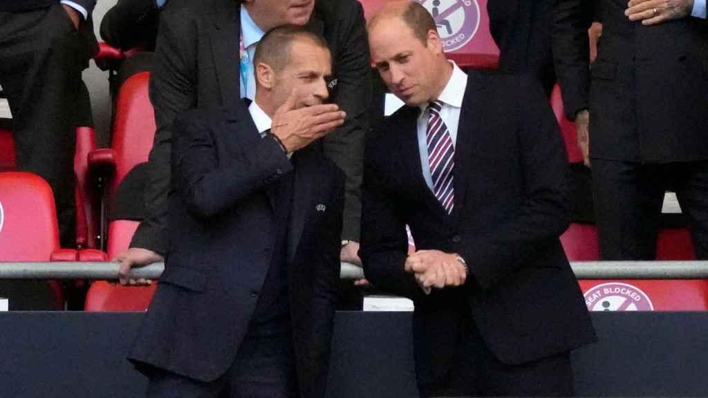 Ceferin, presidente de la UEFA, hablando en el palco con el Príncipe William