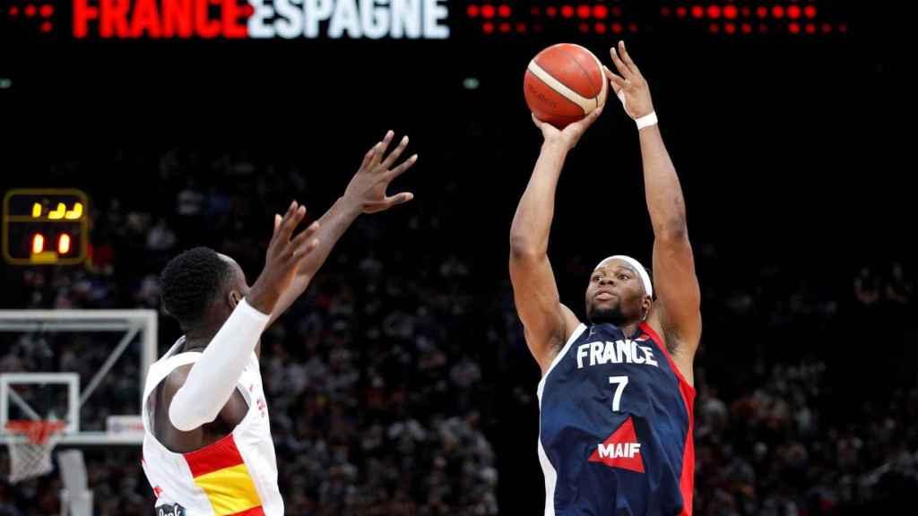 Yabusele lanzando a canasta ante Garuba en el Francia - España