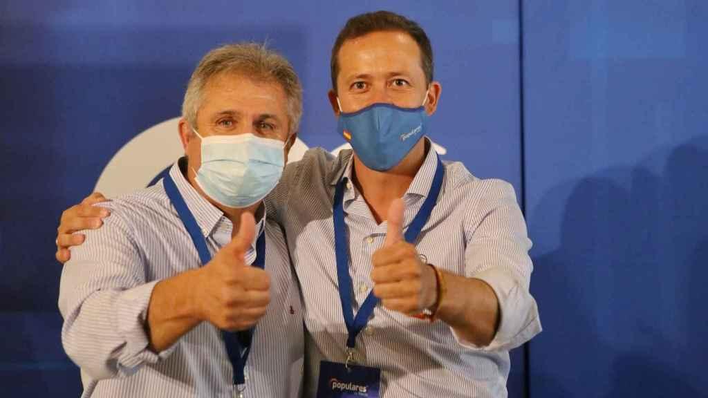 El nuevo secretario general del PP de Toledo, Pedro Casas, junto a Carlos Velázquez