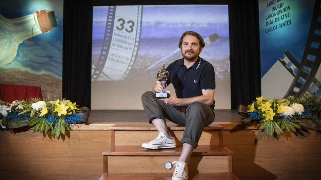 Borja Soler, con el Faro de Plata del festival de cine de l'Alfàs, por su cortometraje 'Mindanao'.