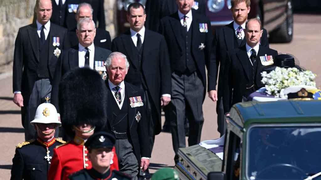 El príncipe Eduardo estuvo junto a sus hermanos y sobrinos en el último adiós a su padre.