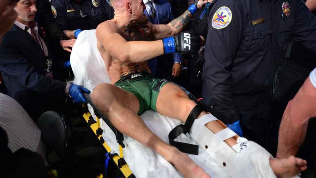 McGregor, retirado en camilla por una fractura de tibia