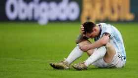 Messi, hablando por el móvil con su familia tras ganar la Copa América