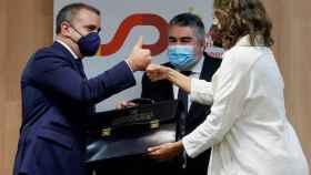 José Manuel Franco recibiendo la cartera de Presidente del CSD por parte de Irene Lozano y ante la mirada de Rodríguez Uribes