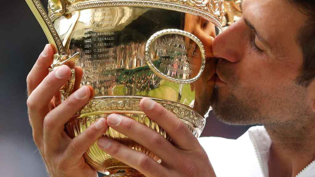 Djokovic con el trofeo de Wimbledon