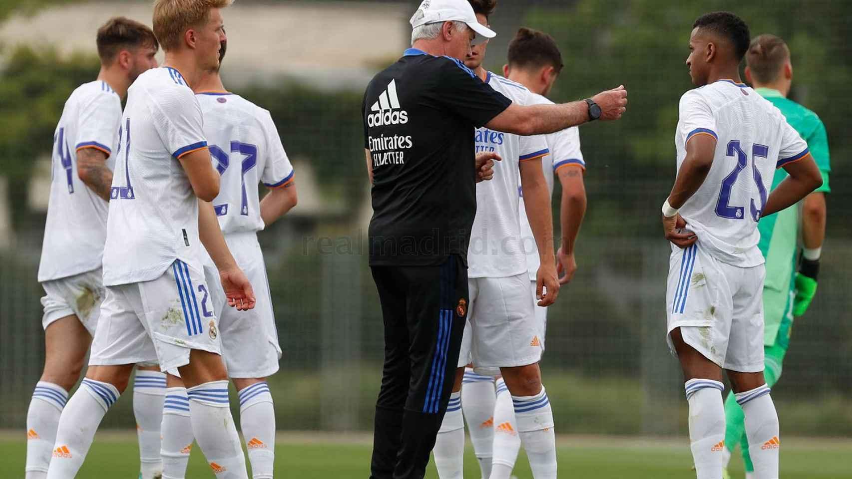 Carlo Ancelotti da indicaciones a sus jugadores