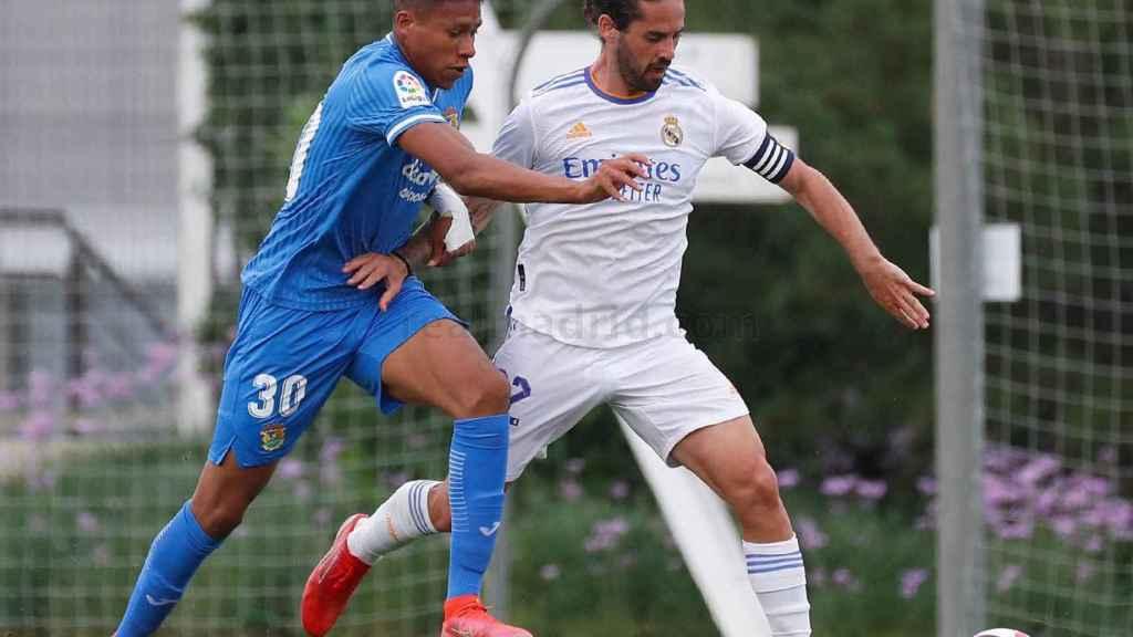 Isco intenta crear un ataque del Real Madrid ante el Fuenlabrada