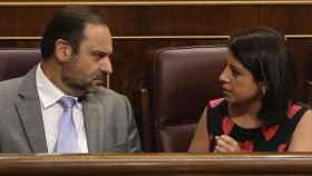 José Luis Ábalos, ex secretario de Organización del PSOE, y Adriana Lastra, vicesecretaria general, en el Congreso.