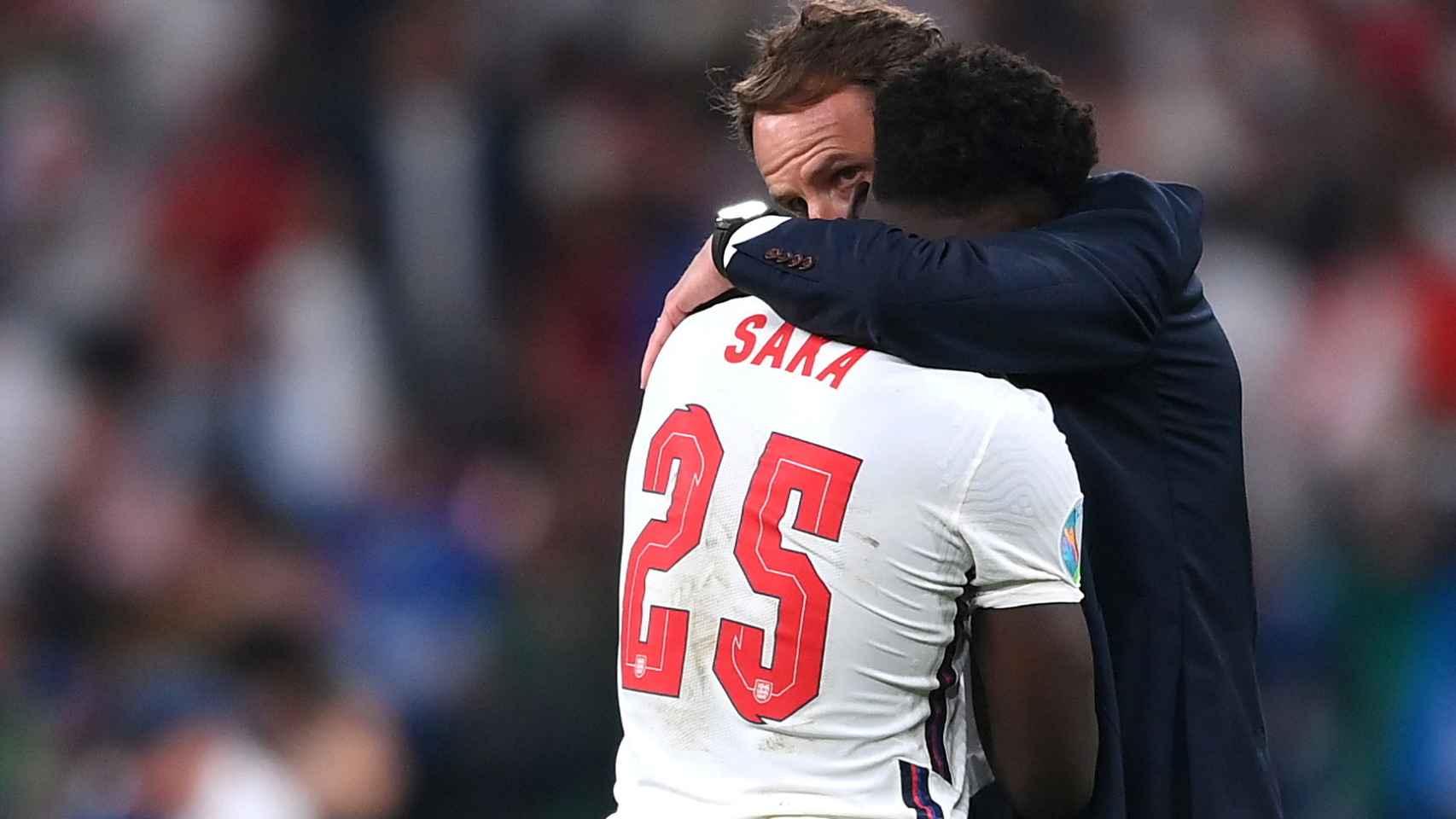 Bukayo Saka recibe el consuelo de Gareth Southgate tras su fallo en la tanda de penaltis de la final de la Eurocopa