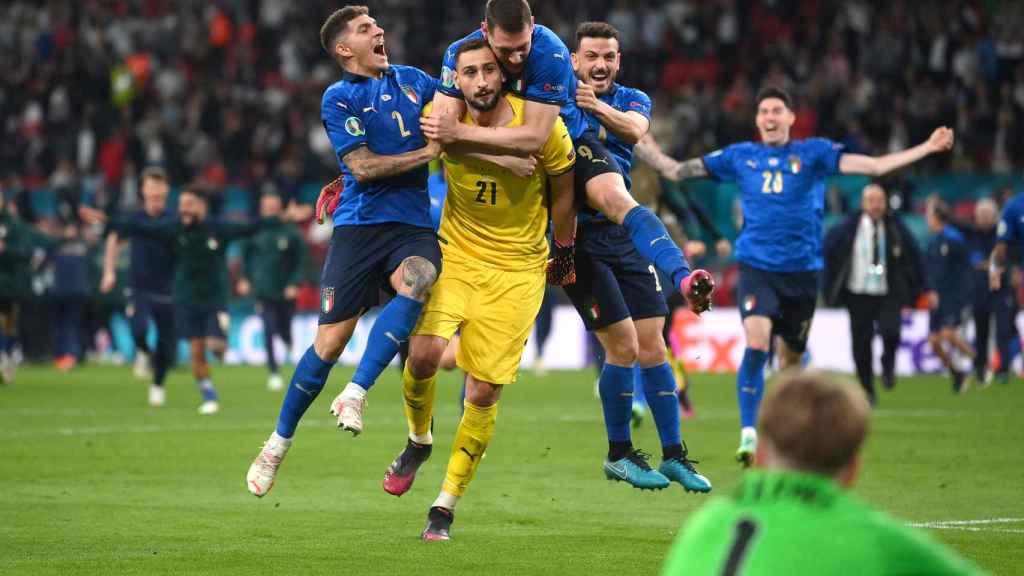 Los jugadores de Italia se abrazan a Donnarumma tras parar el penalti a Bukayo Saka