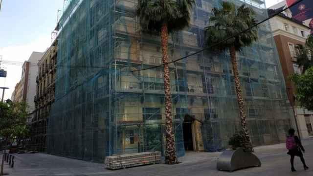 Instalación del andamiaje en los edificios que acogerán el hotel de 4 estrellas