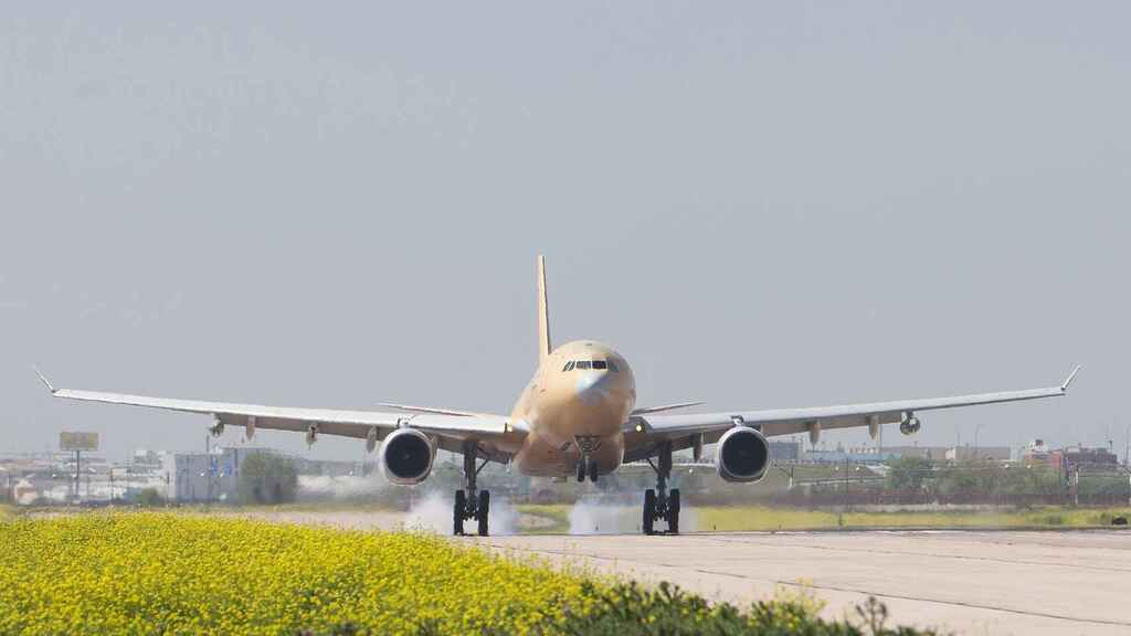 Airbus 330 aterrizando en Getafe antes de entrar a modificarse