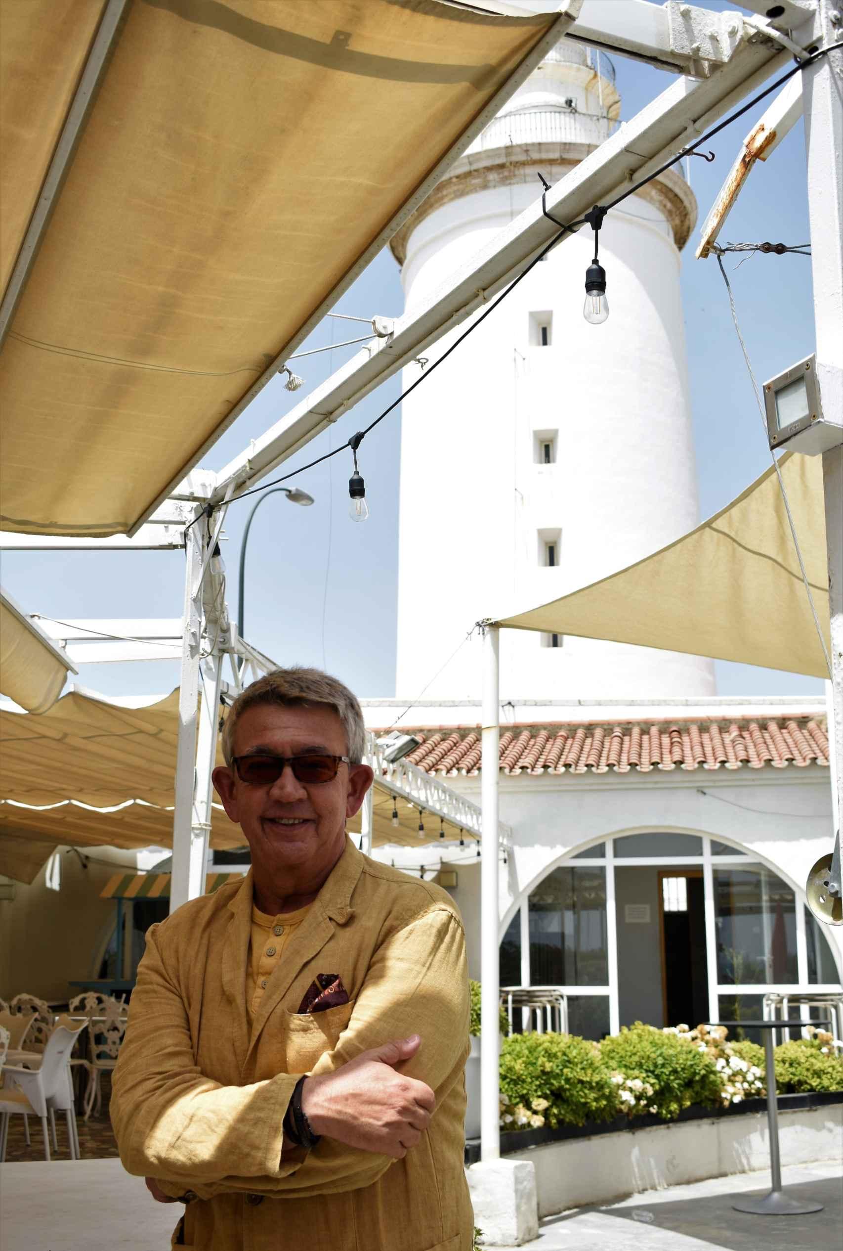 Busutil posa en el interior del Club Mediterráneo con la Farola de fondo