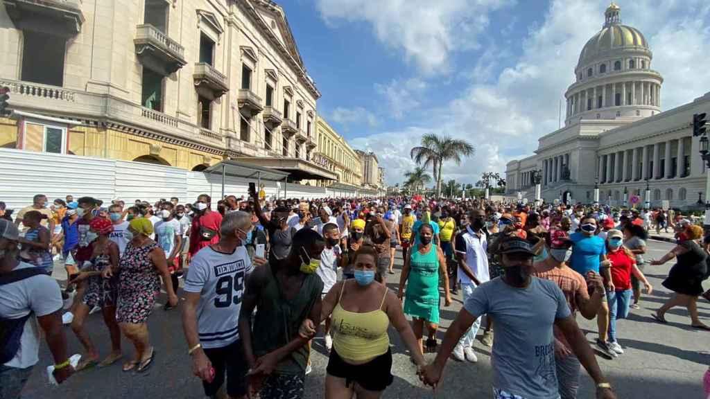 Manifestantes a favor y en contra de la Revolución confluyen en las calles de la Habana.