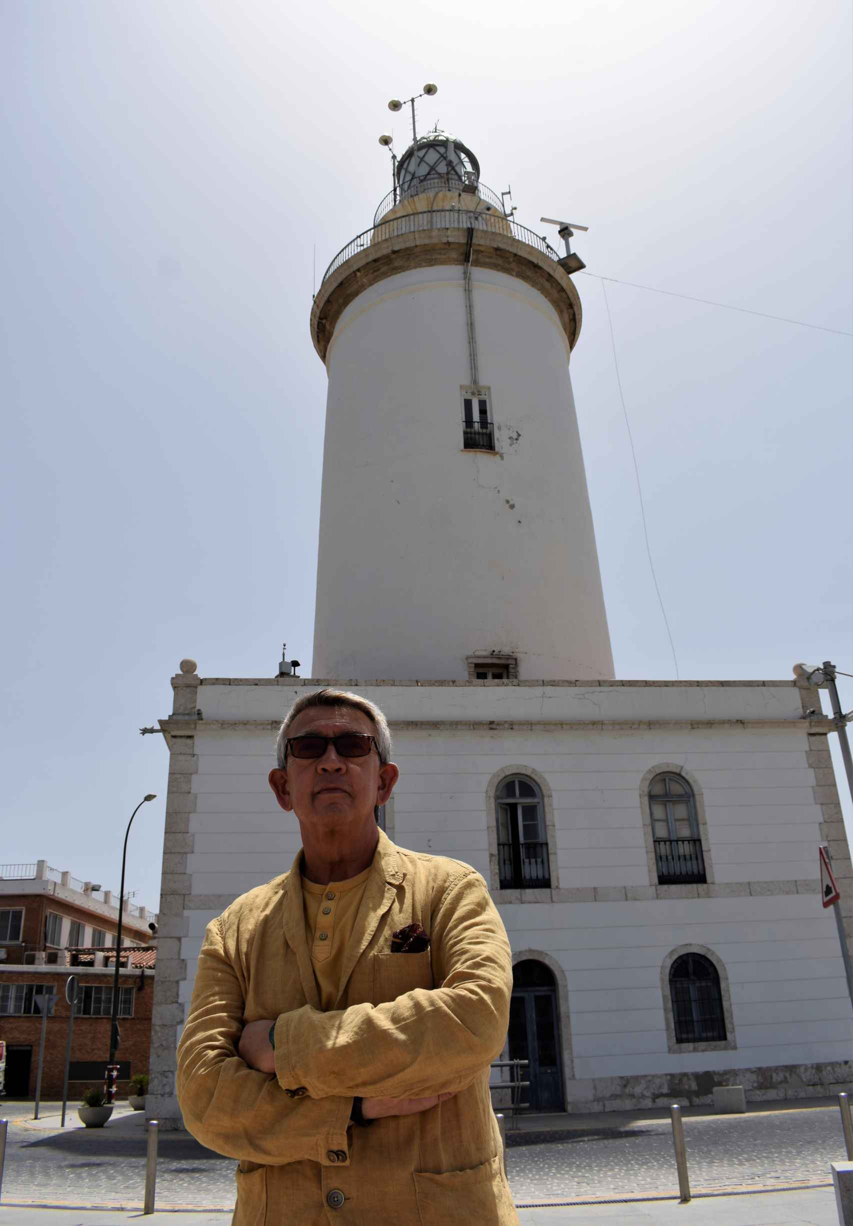 Fotografiado junto a la Farola de Málaga