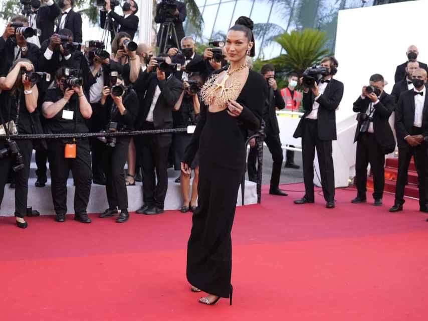 Bella Hadid con un vestido de alta costura de Schiaparelli.