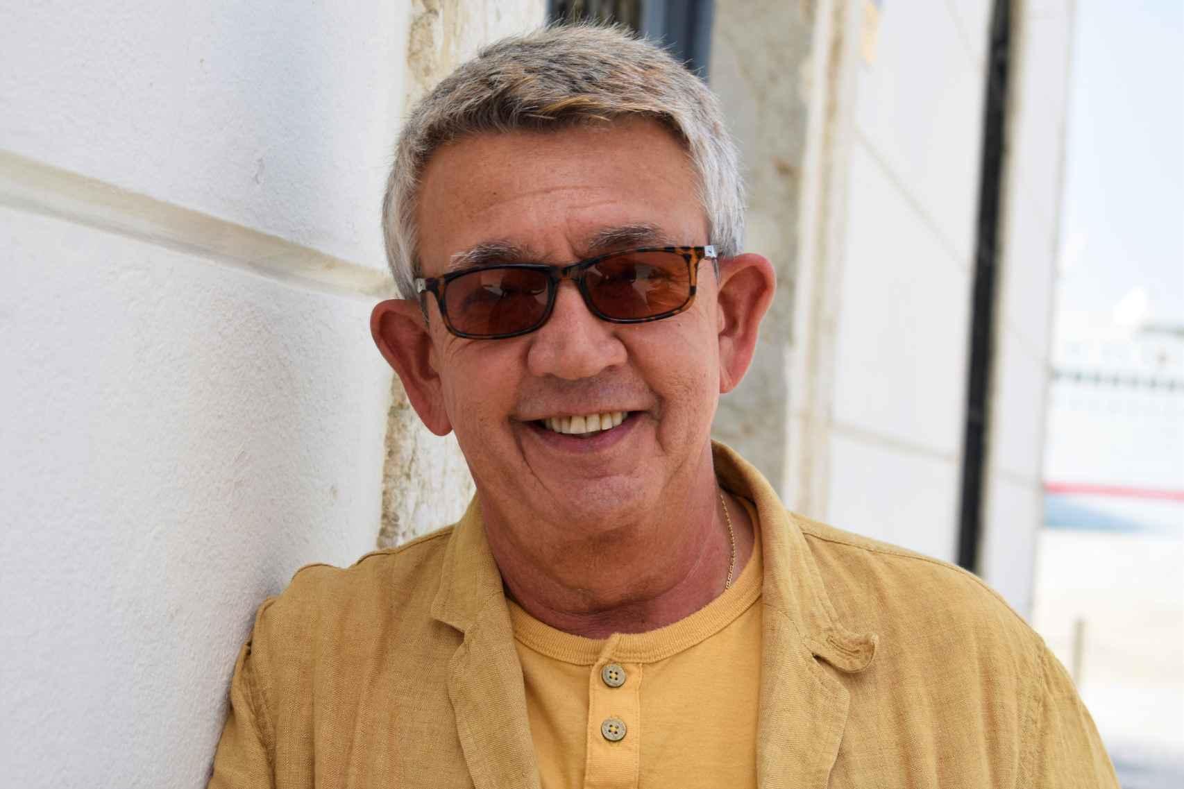 El autor sonríe a cámara