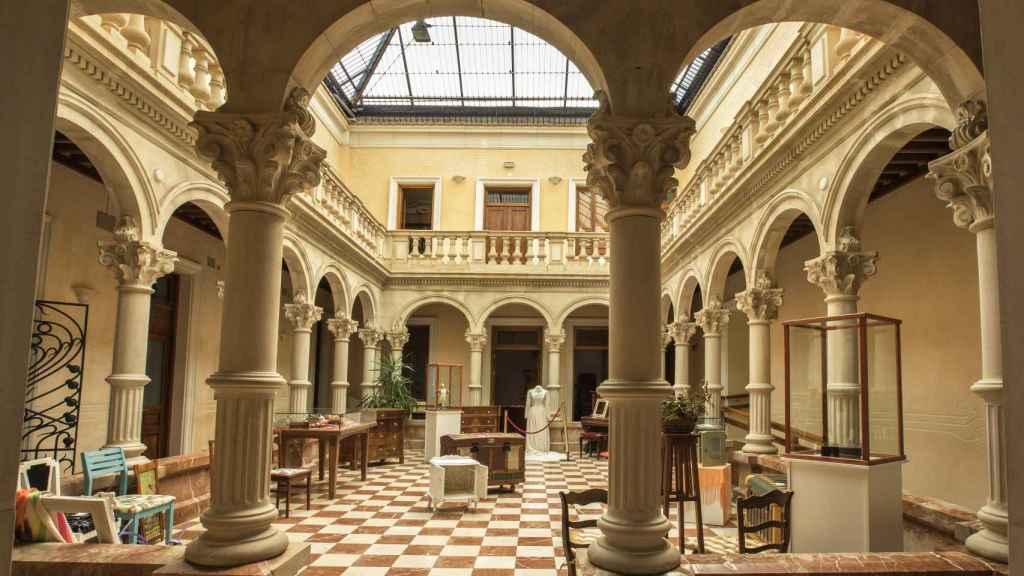 Del Gómez-Tortosa destaca su patio rodeado de columnas de piedra caliza.