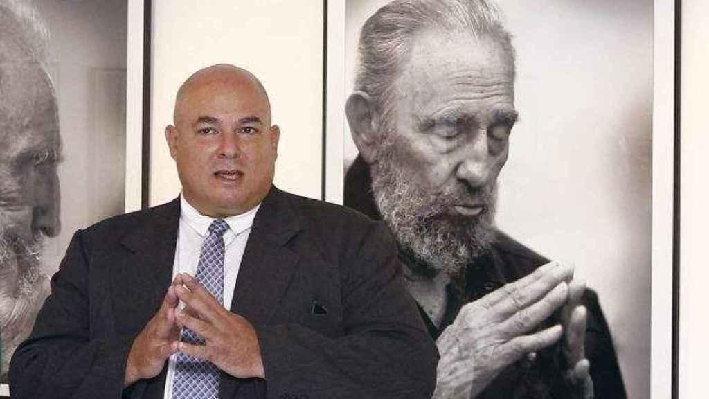 Álex Castro, ante una foto de su padre