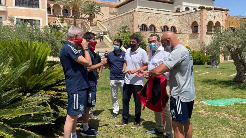 Carlos Mazón visita la concentración de la selección olímpica de fútbol.