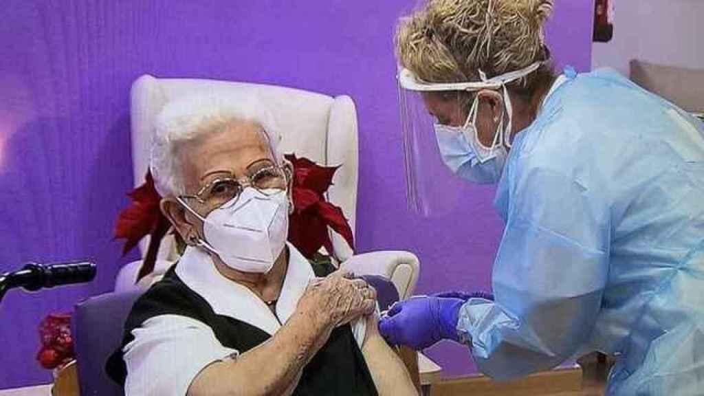 Araceli Hidalgo fue la primera mujer vacunada contra la Covid-19 en España.
