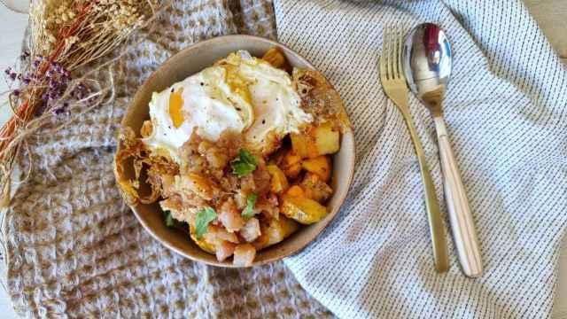 Huevos rotos con tartar de bonito, una combinación irresistible