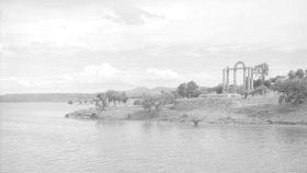 El templo de los mármoles, en una fotografía de la década de 1960, después de ser trasladado fuera del embalse.