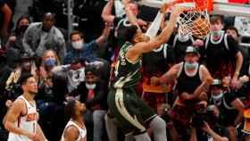 Giannis Antetokounmpo hace un mate impresionante ante los Phoenix Suns
