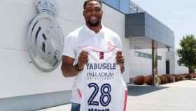 Yabusele posa con la camiseta del Real Madrid