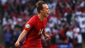 Mikkel Damsgaard celebra un gol en la Eurocopa