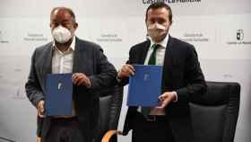 Julián Garde (i) y José Luis Escudero (d) tras las firma del convenio. Foto: JCCM.