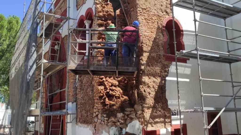 Una imagen de las obras en la fachada de la plaza de toros de Daimiel